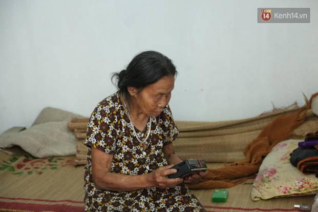 Gặp cụ bà lưng còng cõng bao quần áo, mì tôm ủng hộ người dân miền Trung: Hơn 200.000 đồng/tháng tôi vẫn đủ ăn tiêu xả láng-17