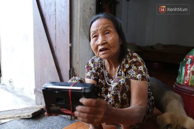 Gặp cụ bà lưng còng cõng bao quần áo, mì tôm ủng hộ người dân miền Trung: Hơn 200.000 đồng/tháng tôi vẫn đủ ăn tiêu xả láng-18