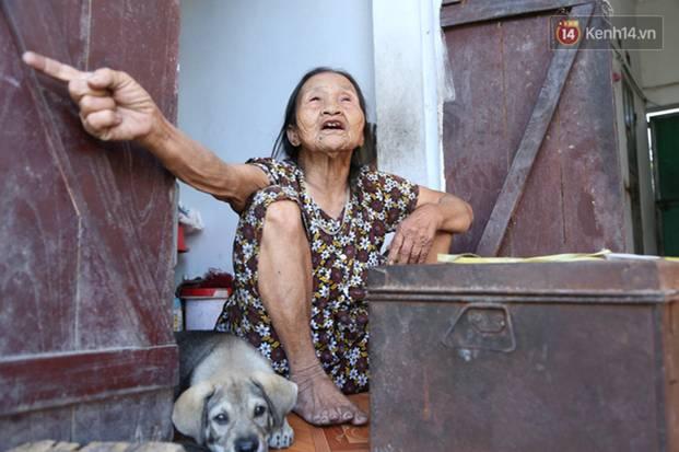 Gặp cụ bà lưng còng cõng bao quần áo, mì tôm ủng hộ người dân miền Trung: Hơn 200.000 đồng/tháng tôi vẫn đủ ăn tiêu xả láng-19