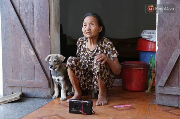 Gặp cụ bà lưng còng cõng bao quần áo, mì tôm ủng hộ người dân miền Trung: Hơn 200.000 đồng/tháng tôi vẫn đủ ăn tiêu xả láng-21