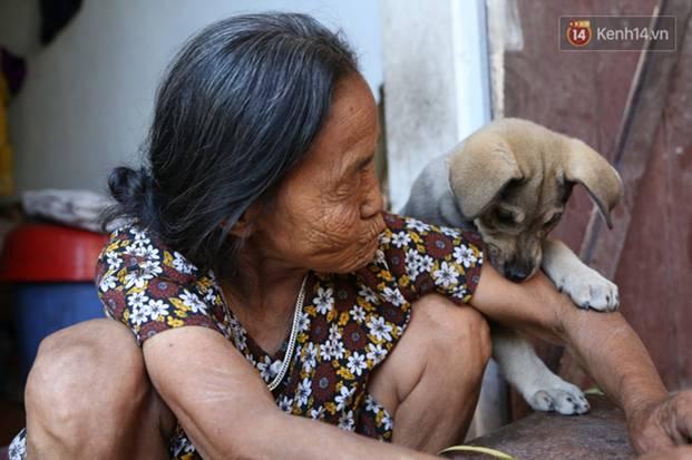Gặp cụ bà lưng còng cõng bao quần áo, mì tôm ủng hộ người dân miền Trung: Hơn 200.000 đồng/tháng tôi vẫn đủ ăn tiêu xả láng-20