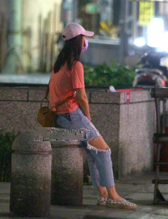 Lâm Tâm Như và Hoắc Kiến Hoa cãi nhau nảy lửa trên đường, vợ ngồi thụp xuống khóc chồng bỏ đi một mình-3