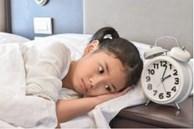 Nửa đêm con gái 10 tuổi cứ ra phòng khách ngủ, hành động bất thường, mẹ 'té ngửa' khi biết con mắc bệnh này