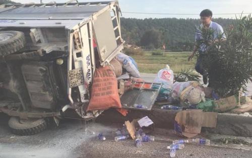 Nghệ An: Lật xe chở đồ cứu trợ lũ lụt, tài xế nguy kịch-1