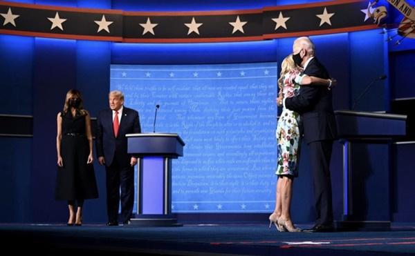 Khoảnh khắc khó hiểu giữa vợ chồng ông Donald Trump trong buổi tranh luận bầu cử Tổng thống Mỹ cuối cùng gây bão cộng đồng mạng-1