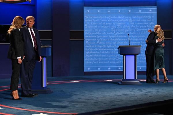 Khoảnh khắc khó hiểu giữa vợ chồng ông Donald Trump trong buổi tranh luận bầu cử Tổng thống Mỹ cuối cùng gây bão cộng đồng mạng-2