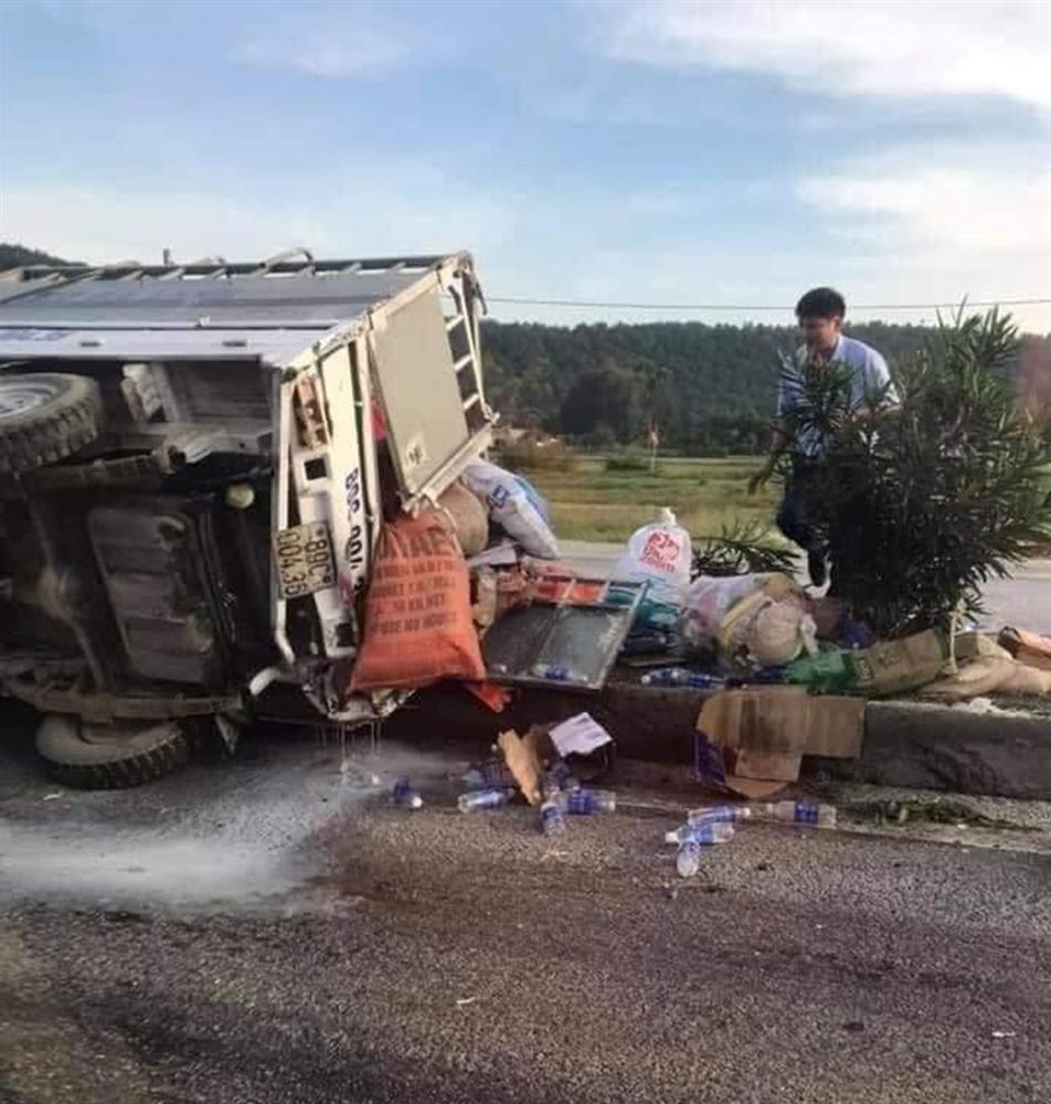 Vợ của tài xế chở hàng cứu trợ miền Trung gặp tai nạn lật xe: Anh bị chấn thương sọ não, mê man không nhận ra ai-1