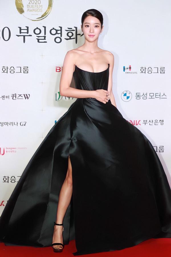 Nghẹt thở vì vòng 1 căng tràn của Seo Ye Ji: Diện đồ hở sexy bức thở, mặc đồ kín vẫn nóng bỏng bức người-1