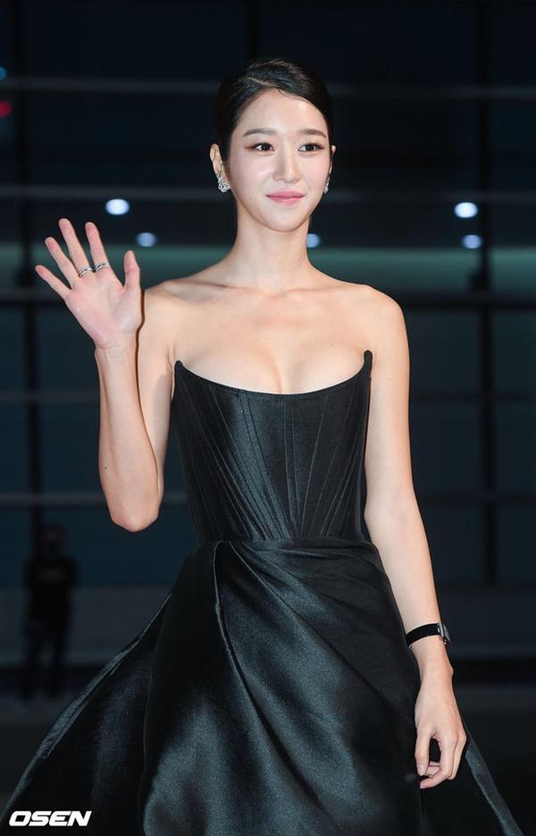 Nghẹt thở vì vòng 1 căng tràn của Seo Ye Ji: Diện đồ hở sexy bức thở, mặc đồ kín vẫn nóng bỏng bức người-2
