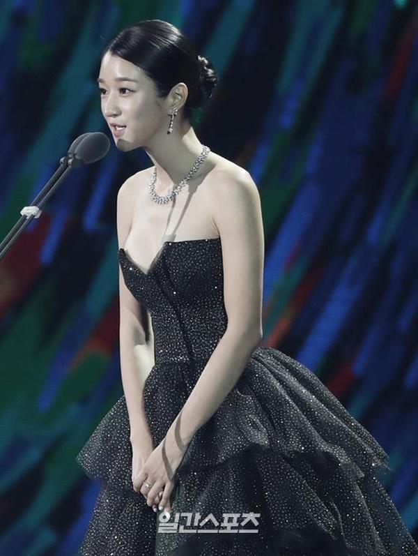 Nghẹt thở vì vòng 1 căng tràn của Seo Ye Ji: Diện đồ hở sexy bức thở, mặc đồ kín vẫn nóng bỏng bức người-5