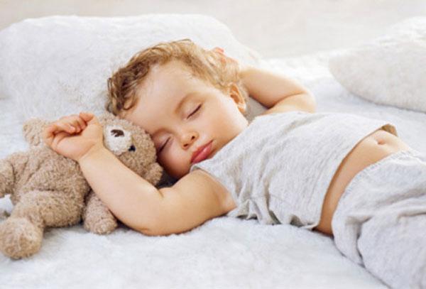Bé có những biểu hiện này trong khi ngủ, bố mẹ đừng chần chừ mà hãy đưa bé đi khám ngay kẻo muộn-1