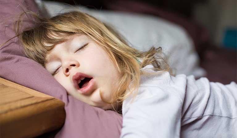 Bé có những biểu hiện này trong khi ngủ, bố mẹ đừng chần chừ mà hãy đưa bé đi khám ngay kẻo muộn-2