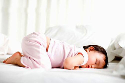 Bé có những biểu hiện này trong khi ngủ, bố mẹ đừng chần chừ mà hãy đưa bé đi khám ngay kẻo muộn-5