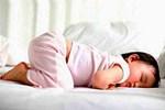 Bé có những biểu hiện này trong khi ngủ, bố mẹ đừng chần chừ mà hãy đưa bé đi khám ngay kẻo muộn