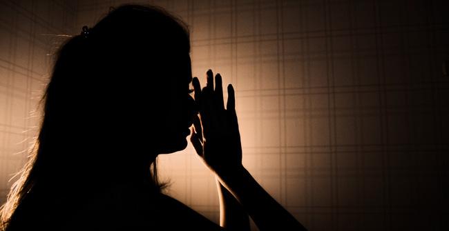 Người vợ bị ép mặc quần áo của mẹ chồng đã khuất với mùi hôi khó chịu và loạt chiêu trò hành hạ của gia đình chồng dẫn đến bi kịch đau lòng-1
