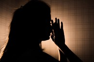 Người vợ bị ép mặc quần áo của mẹ chồng đã khuất với mùi hôi khó chịu và loạt chiêu trò hành hạ của gia đình chồng dẫn đến bi kịch đau lòng