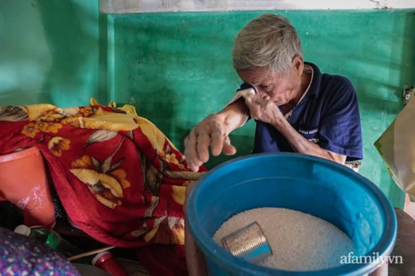 Quảng Bình: Ông lão rơi nước mắt ngồi ôm hũ gạo không dám ăn, liều mình bám trụ lại nhà trông coi tài sản giữa những ngày đỉnh lũ-7