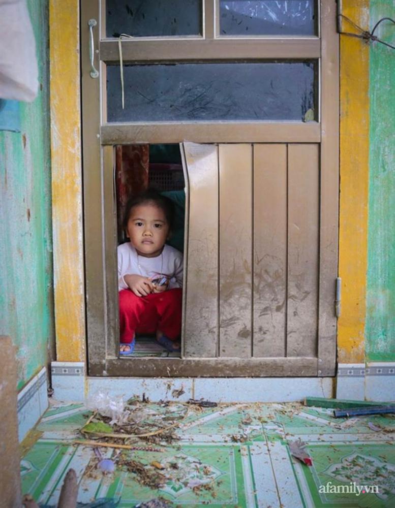Quảng Bình: Ông lão rơi nước mắt ngồi ôm hũ gạo không dám ăn, liều mình bám trụ lại nhà trông coi tài sản giữa những ngày đỉnh lũ-9