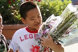 Con trai tôi đi học về rơm rớm nước mắt bảo: 'Mẹ đến nhà cô tặng quà đi, mấy hôm nay con thấy thái độ của cô khác lắm'