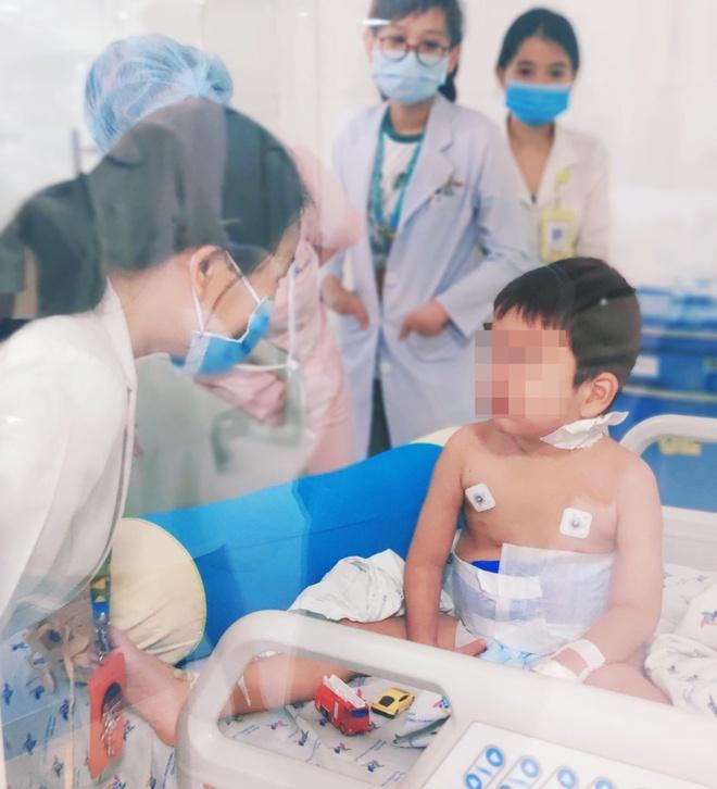 Bé trai mắc bệnh máu ăn máu-1