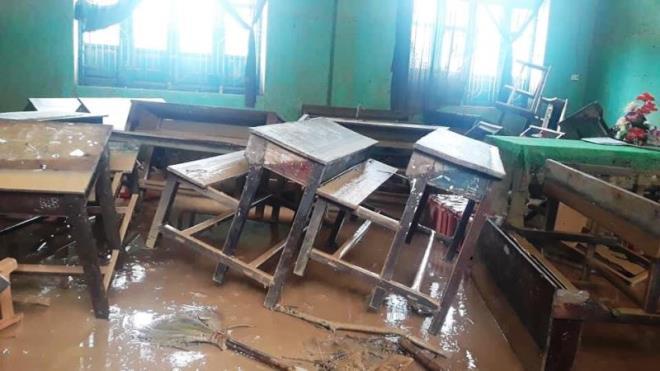 Xót xa cảnh lớp ngập bùn, bàn ghế ngổn ngang ở rốn lũ Quảng Trị-1