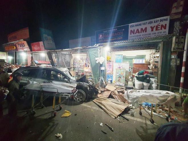 Clip: Khoảnh khắc xe tải mất lái, tông hàng loạt ô tô, lao vào 4 nhà dân bên đường khiến 3 người tử vong-1