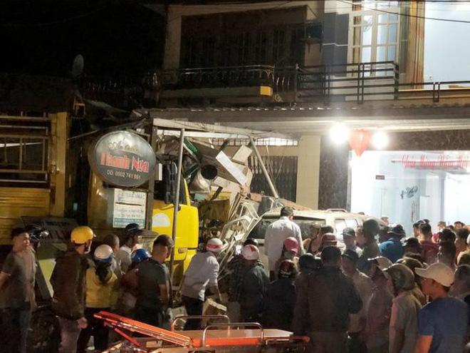 Clip: Khoảnh khắc xe tải mất lái, tông hàng loạt ô tô, lao vào 4 nhà dân bên đường khiến 3 người tử vong-2