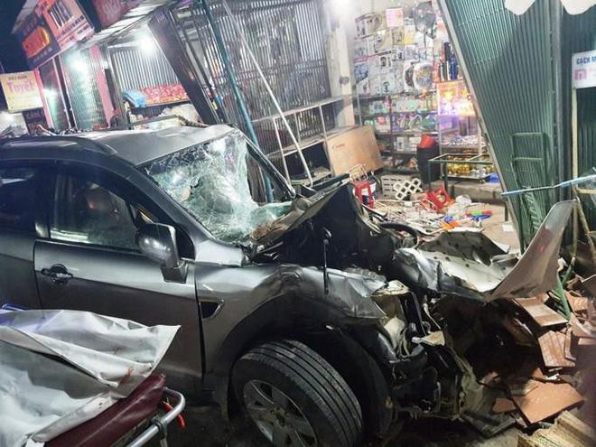 Clip: Khoảnh khắc xe tải mất lái, tông hàng loạt ô tô, lao vào 4 nhà dân bên đường khiến 3 người tử vong-3