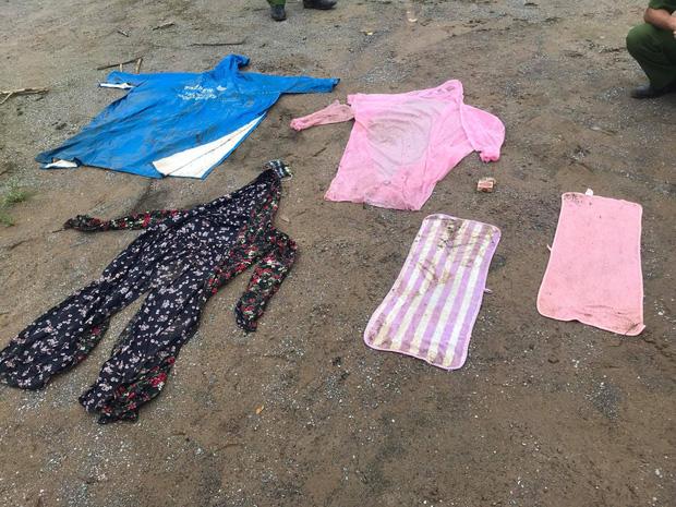 Kẻ dùng dao dí vào cổ cô gái bắt chuyển tiền qua tài khoản ở Sài Gòn bị bắt khi đang ngồi bấm điện thoại trước cửa nhà ở Thanh Hoá-2