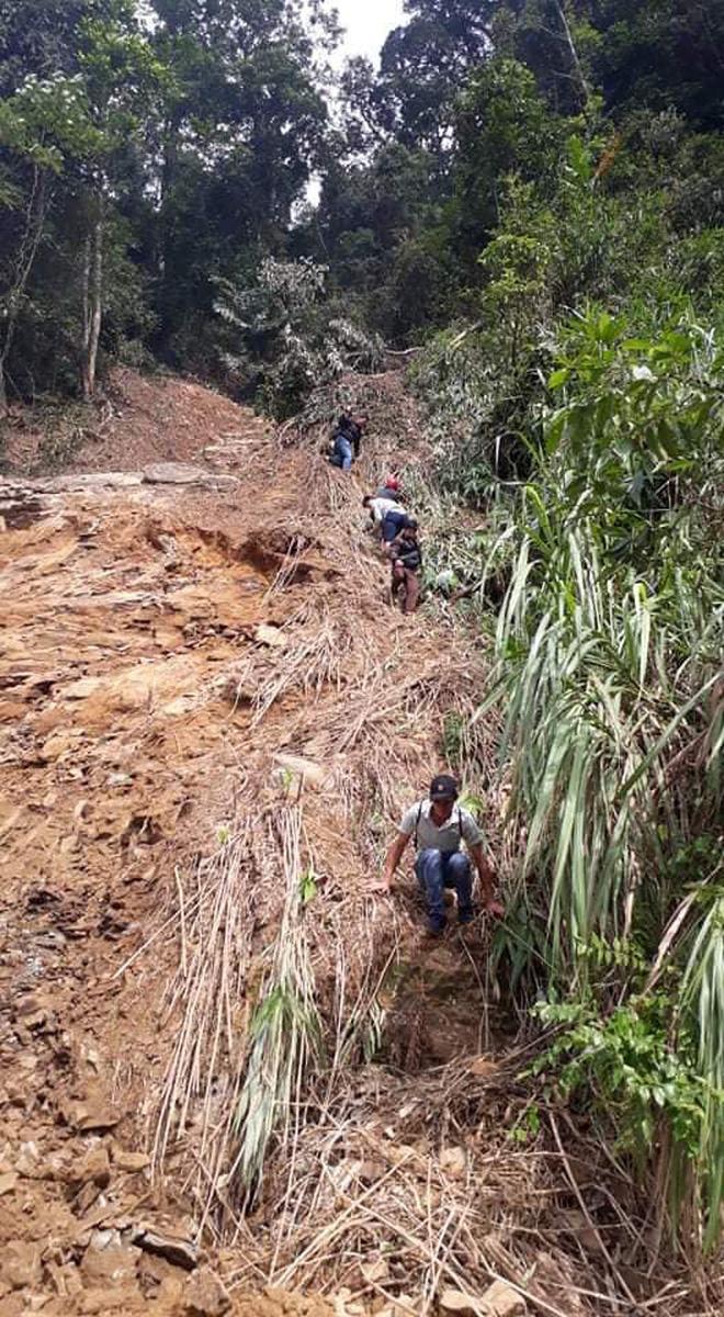 Trường học ở Quảng Trị sau khi sạt núi ập đến: Bùn đất bám dày 1 mét, thầy cô phải băng rừng đến lớp-7