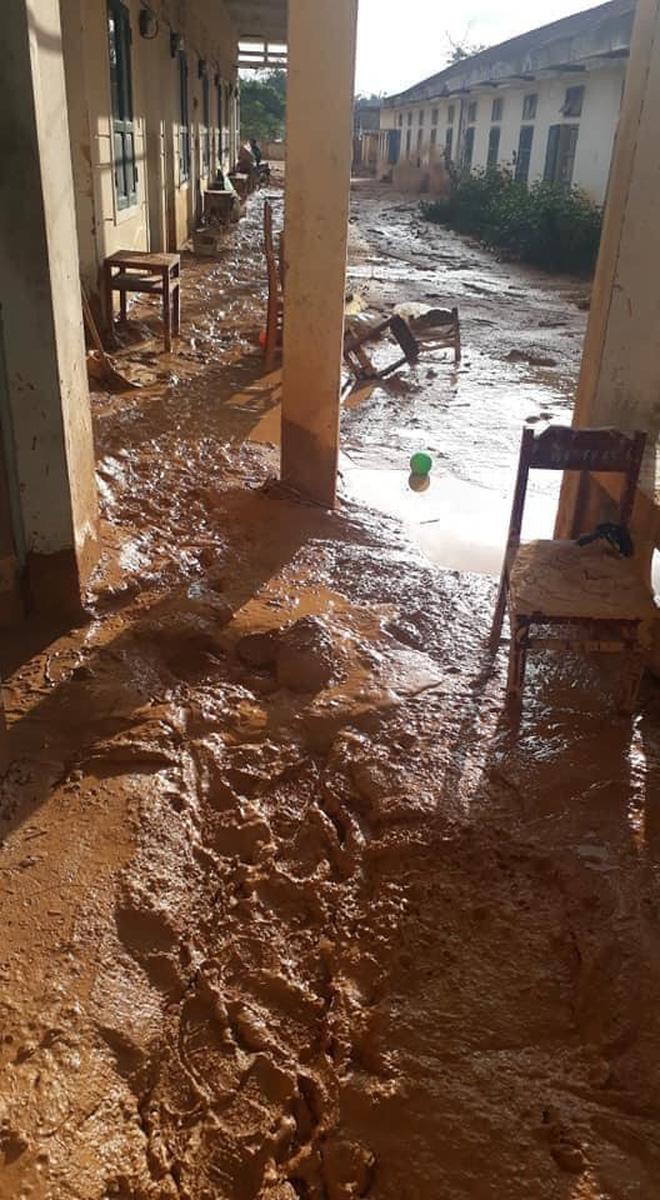 Trường học ở Quảng Trị sau khi sạt núi ập đến: Bùn đất bám dày 1 mét, thầy cô phải băng rừng đến lớp-2