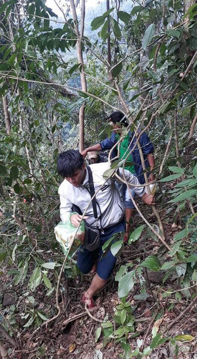 Trường học ở Quảng Trị sau khi sạt núi ập đến: Bùn đất bám dày 1 mét, thầy cô phải băng rừng đến lớp-6