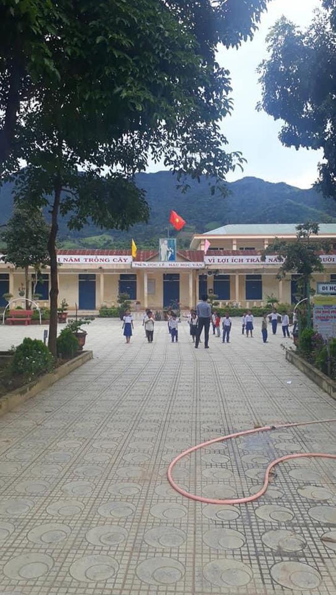 Trường học ở Quảng Trị sau khi sạt núi ập đến: Bùn đất bám dày 1 mét, thầy cô phải băng rừng đến lớp-9
