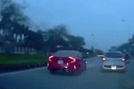 Hành khách mở cửa khi ôtô đang di chuyển trên đường
