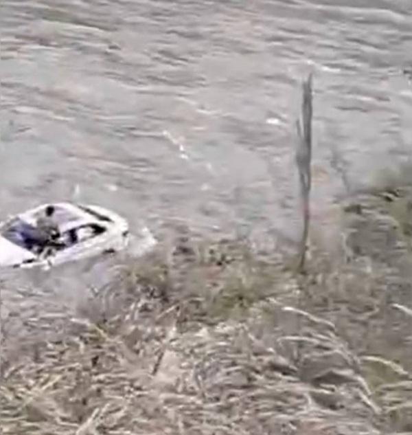 Nhóm bạn 3 người tự lái xe đi du lịch bất ngờ bị rơi xuống sông, hình ảnh ghi lại cảnh tượng này khiến ai cũng hoảng sợ-3