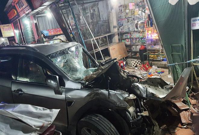 Vụ ô tô lao vào nhà dân làm 3 người chết: Phút hãi hùng qua lời kể bà chủ tiệm thuốc thoát nạn-4