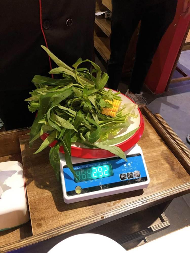 Nhà hàng buffet ở Đà Nẵng bị dân mạng tấn công sau loạt lùm xùm phạt khách 200k vì để thừa 2.9 lạng rau-1
