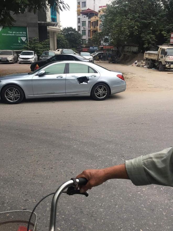 Xe chở bình oxi đâm thủng Mercedes trên phố Hà Nội, hình ảnh hiện trường khiến tất cả kinh hãi-3