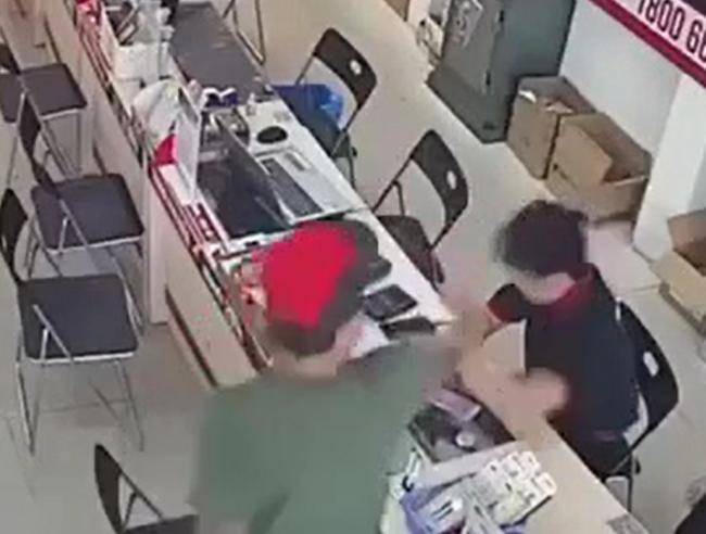 Phẫn nộ clip người đàn ông dùng gậy đập chảy máu đầu nhân viên bảo hành ngay trong cửa hàng điện thoại-2