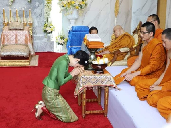Hoàng quý phi Thái Lan gây sốt cộng đồng mạng nhờ một chi tiết thể hiện sự duyên dáng, phong thái đầy chuẩn mực hiếm ai có được-1