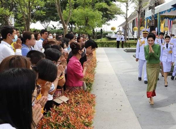 Hoàng quý phi Thái Lan gây sốt cộng đồng mạng nhờ một chi tiết thể hiện sự duyên dáng, phong thái đầy chuẩn mực hiếm ai có được-2