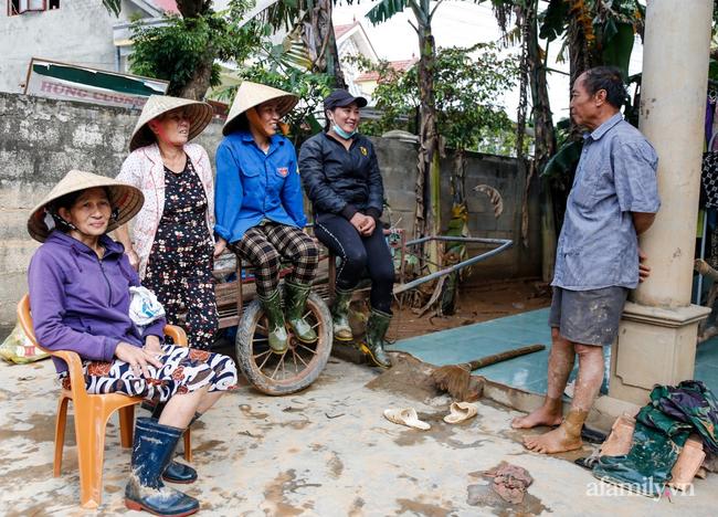 Anh hùng chân đất cứu 100 người trong trận đại hồng thủy lịch sử ở Quảng Bình: Ngày nhịn đói đi cứu người, đêm về ông cháu ôm nhau ngủ trên thuyền tránh lũ-8