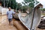 'Anh hùng chân đất' cứu 100 người trong trận 'đại hồng thủy' lịch sử ở Quảng Bình: Ngày nhịn đói đi cứu người, đêm về ông cháu ôm nhau ngủ trên thuyền tránh lũ