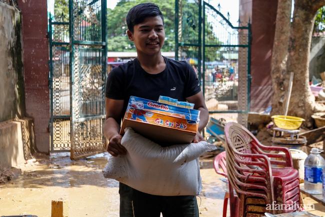 Anh hùng chân đất cứu 100 người trong trận đại hồng thủy lịch sử ở Quảng Bình: Ngày nhịn đói đi cứu người, đêm về ông cháu ôm nhau ngủ trên thuyền tránh lũ-13