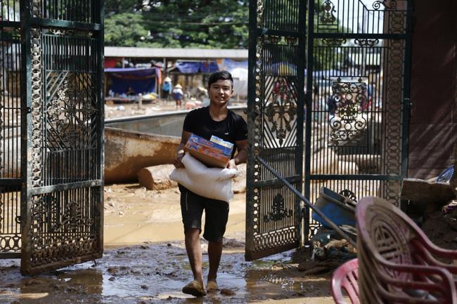 Anh hùng chân đất cứu 100 người trong trận đại hồng thủy lịch sử ở Quảng Bình: Ngày nhịn đói đi cứu người, đêm về ông cháu ôm nhau ngủ trên thuyền tránh lũ-14