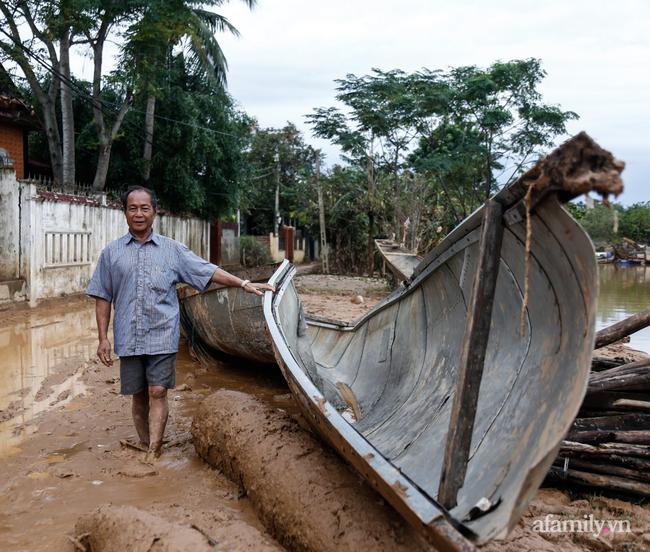 Anh hùng chân đất cứu 100 người trong trận đại hồng thủy lịch sử ở Quảng Bình: Ngày nhịn đói đi cứu người, đêm về ông cháu ôm nhau ngủ trên thuyền tránh lũ-10
