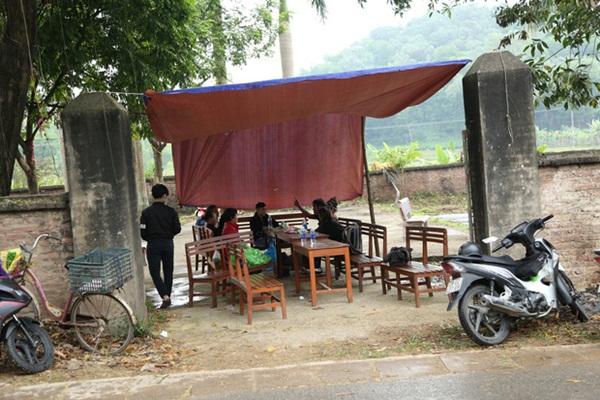 Người dân chặn xe vào bãi rác Nam Sơn: Mấy chục năm nay chúng tôi đã quá khổ rồi, ruồi nhặng nhiều khiến có hôm phải chui vào màn ăn cơm-1