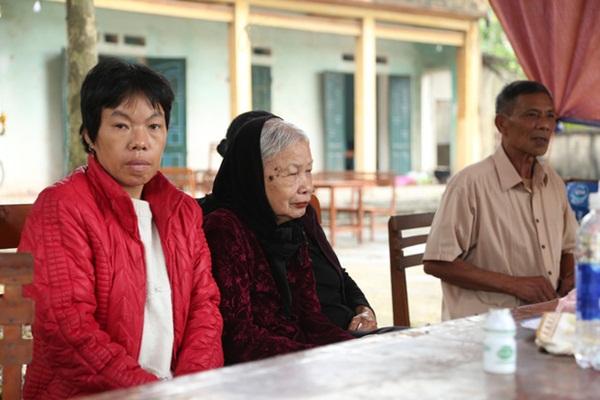 Người dân chặn xe vào bãi rác Nam Sơn: Mấy chục năm nay chúng tôi đã quá khổ rồi, ruồi nhặng nhiều khiến có hôm phải chui vào màn ăn cơm-3