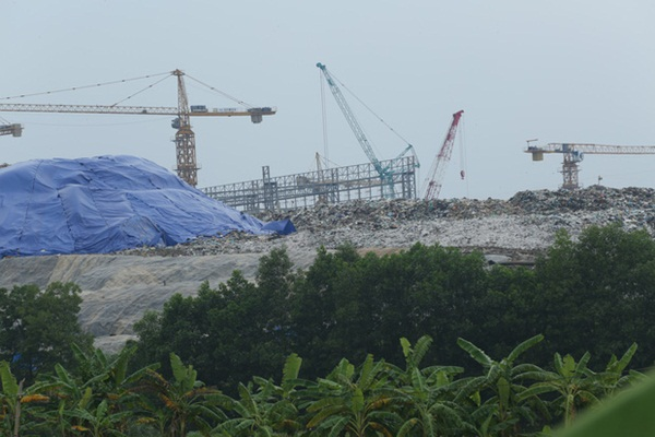 Người dân chặn xe vào bãi rác Nam Sơn: Mấy chục năm nay chúng tôi đã quá khổ rồi, ruồi nhặng nhiều khiến có hôm phải chui vào màn ăn cơm-6