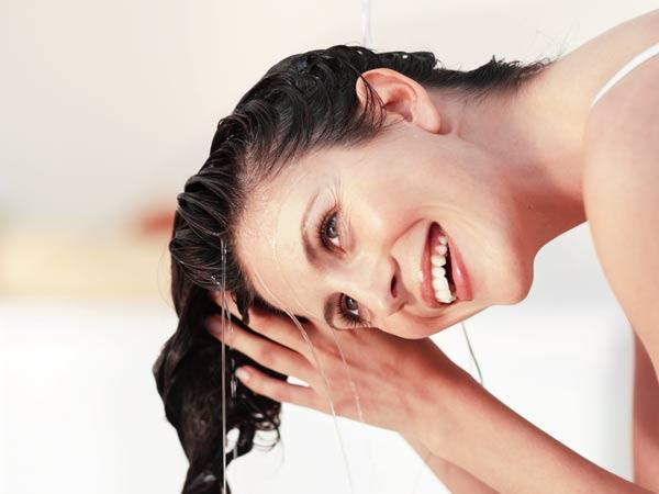 Mùa đông tóc rụng nhiều và có gàu? Áp dụng ngay cách gội đầu bằng nước muối để cải thiện, vừa rẻ lại hiệu quả-4
